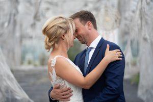 Brautpaar umarmt sich im Lost Place