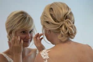 Braut blickt während des Getting Ready in den Spiegel | Hochzeitsfotograf bilderschlag Erfurt