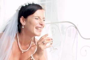 Braut mit Sektglas beim Getting Ready Shooting | Hochzeitsfotograf bilderschlag Erfurt
