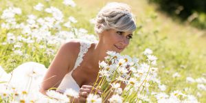 Hochzeitsfotografie mit einer Braut auf einer Blumenwiese