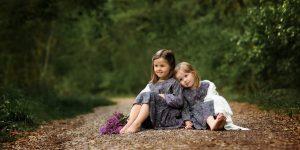 Kinderfotografie Geschwister auf einem Waldweg