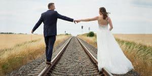 Hochzeitsshooting Brautpaar Schienen Eisenbahn