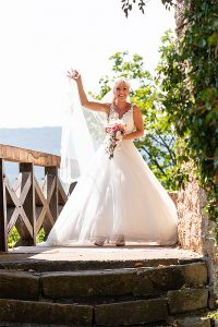 Hochzeitsfotografie Braut mit Strauß auf Burg