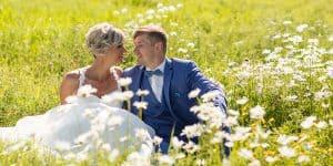 bilderschlag Brautpaar auf Blumenwiese