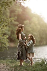 Mutter-Kind-Shooting Schwanger See Wald