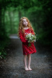 Kindershooting rotes Kleid Wald