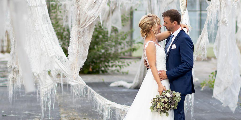 bilderschlag mit einem Brautpaar im Lost Place altes Gewächshaus Hochzeitsfotografie