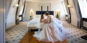 Braut mit Tochter wartet auf die Trauung