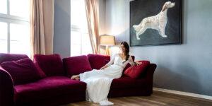 Braut wartet auf Couch