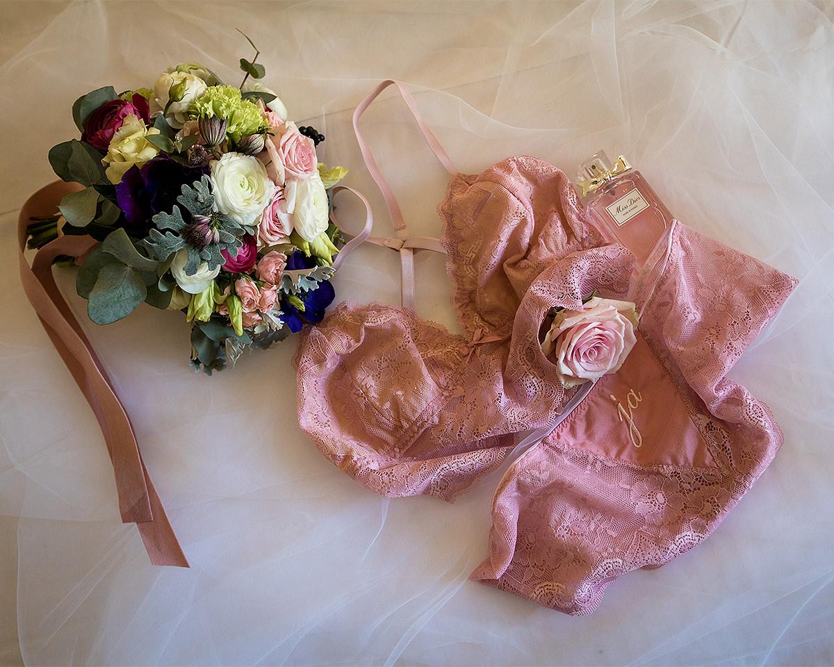 Braut Boudoir Wäsche und Parfum, bilderschlag