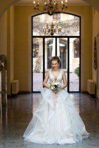 Braut wartet im Atrium des Bilderberg Bellevue Dresden